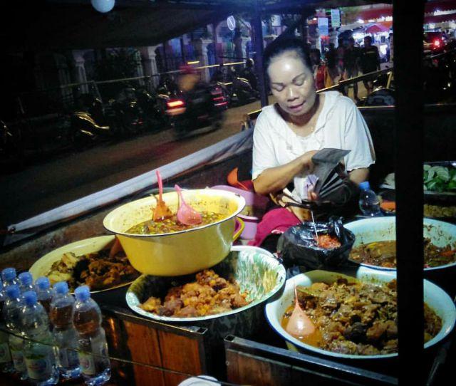 Pedagang Pasar Karangbendo Sajikan Berbagai Macam Lauk-Pauk di Bulan Puasa