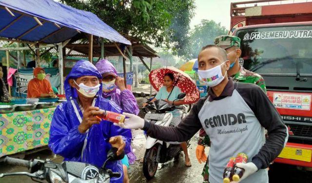 Pemuda Muhammadiyah Rowokangkung Lumajang Bagikan Masker dan Takjil