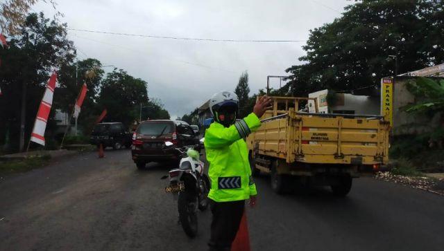 Perbaikan Jalan Kedungjajang Lumajang Polisi Terapkan Buka Tutup Lalin