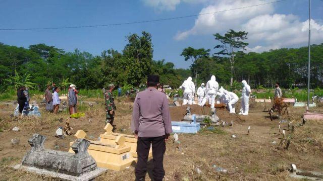 Cegah Jemput Paksa, Polres Lumajang Perketat Penguburan Jenazah Covid