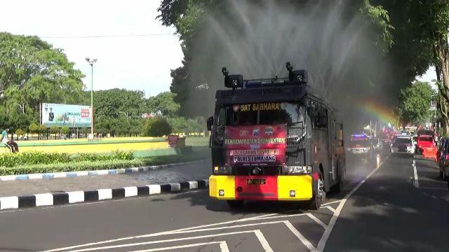 Penyemprotan Disinfektan Water CannonTerus di Lakukan Polres Lumajang