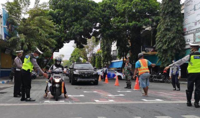 Mirip Start GP, Physical Distancing Pemotor di Perempatan ST Lumajang
