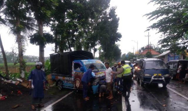 Mobil Pickup Warga Malang Tabrak Pohon di Jalan Raya Tekung Lumajang
