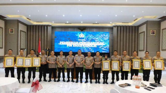 Kapolres Lumajang AKBP Adewira Terima Pin Emas dari Kapolri