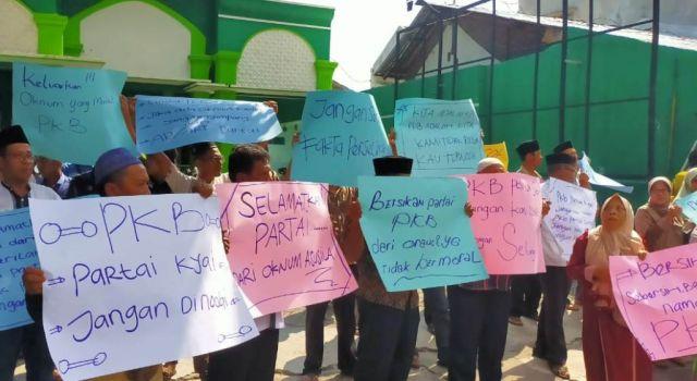 Belasan Kader PKB Lumajang Gelar Do'a Bersama Depan Kantor DPC