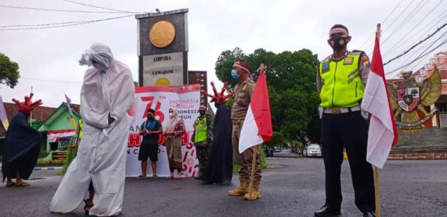 Ajak Pocong, Satlantas Polres Lumajang Sosialisasi Prokes Covid 19