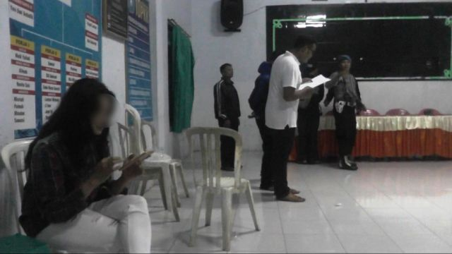 Kikuk Kikuk dengan Istri Orang, Oknum Polisi di Lumajang Digerebek Warga