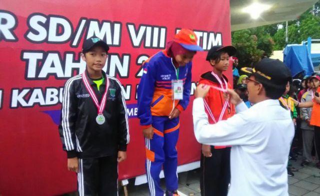 Hebat, Renang Sumbang 1 Medali Emas di POR SD-MI Jatim di Lumajang