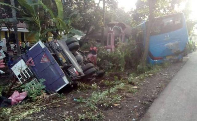 Truck Warga Puger Terbalik Tabrak Bus di Jalan Sukosari Lumajang