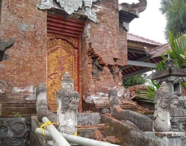 Pura Sanggar Agung Argosari Lumajang Rusak Diguncang Gempa