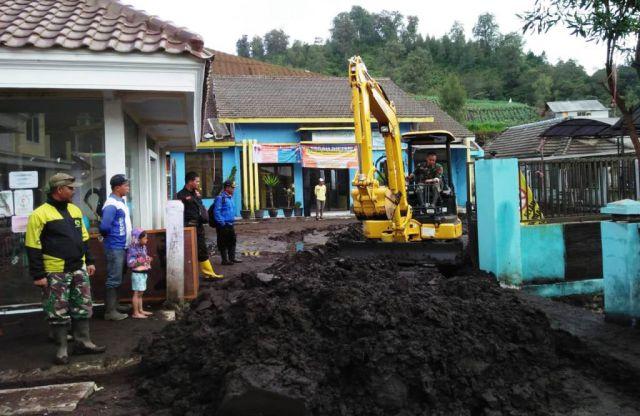 Ratusan Kubik Endapan Tanah Akibat Banjir Lumpur Ranu Pani Dibersihkan