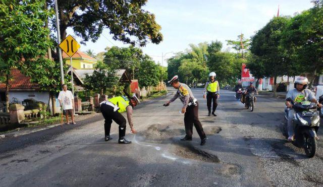 Berbahaya...! Polisi Cat Jalan Berlubang Depan Polsek Ranuyoso