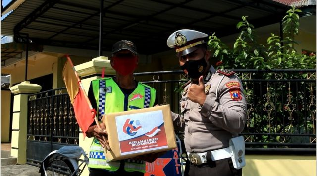 Satlantas Polres Lumajang Beri Tali Asih Relawan Pengatur Lalulintas