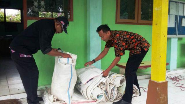 Para Siswa SD Sumbang Sak Bekas Untuk Tangani Banjir Rowokangkung