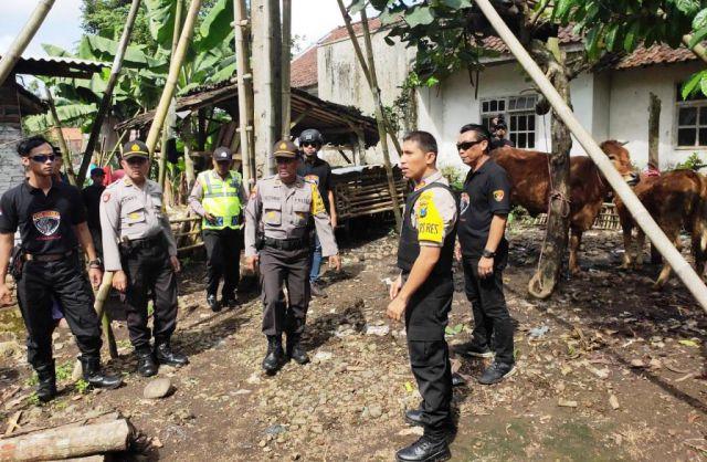 Ratusan Polisi Geledah Kandang Sapi di Desa Salak - Randuagung