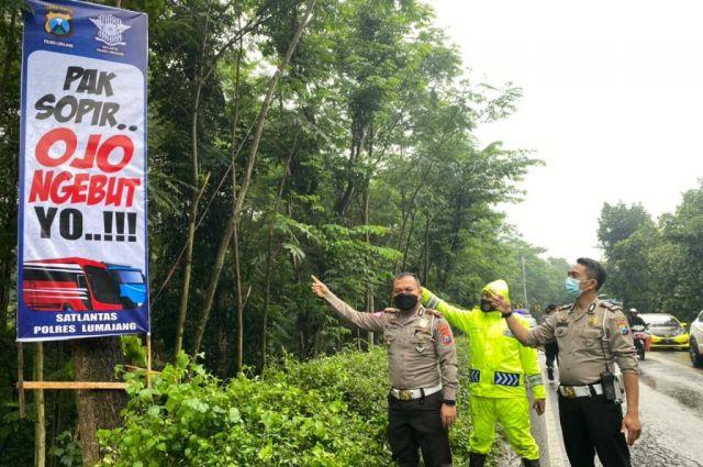 Satlantas Polres Lumajang Pasang Papan Himbauan Jalur Rawan Kecelakaan