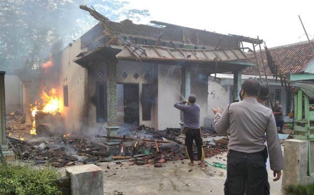 Api Berkobar dari Percikan BBM Pertalite di Selok Awar Awar Lumajang