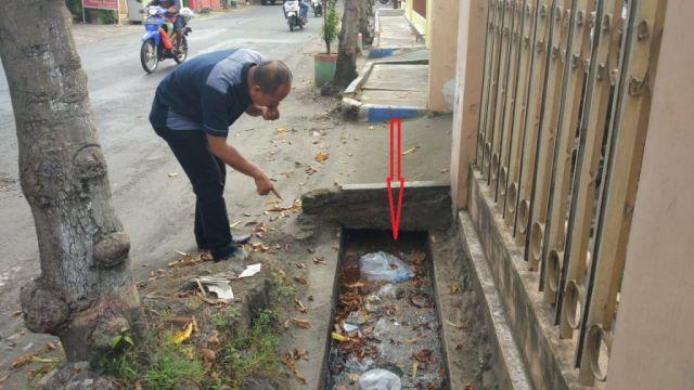 Bau Busuk Selokan di Jalan Veteran, Warga Minta DLH Lumajang Turun Tangan