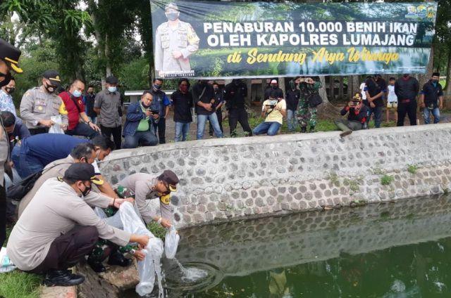 Kapolres Lumajang Tabur Ribuan Benih Ikan di Sendang Wiraraja Wonorejo