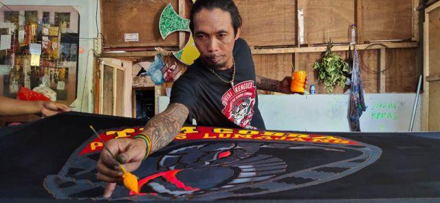 Seniman Lumajang Buat Motif Batik Tim Cobra