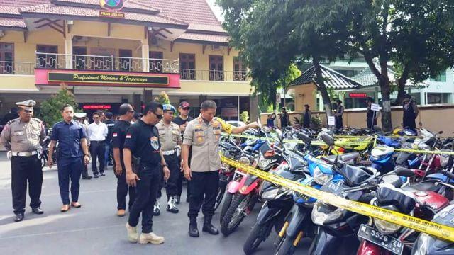 Polres Lumajang Pamer 111 Sepeda Motor Hasil Kejahatan