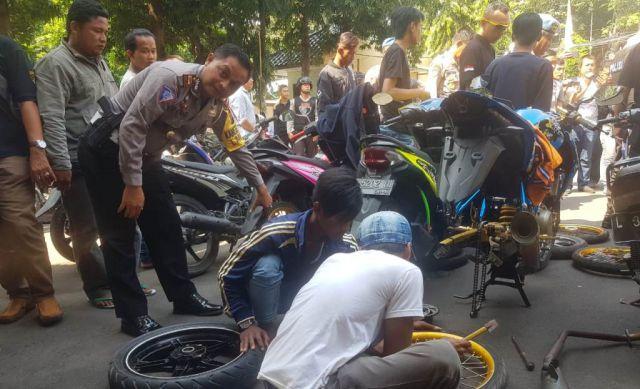 Bawa Bengkel, Polres Lumajang Kembalikan Sepeda Motor Tak Standart ke Pemiliknya