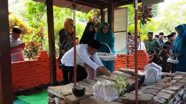 Nyekar Makam Situs Biting Tradisi Jelang Puncak Peringatan Harjalu