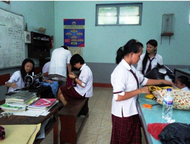 Pelajar SMAK Mgr. Soegija pranata Lumajang Belajar Menjahit