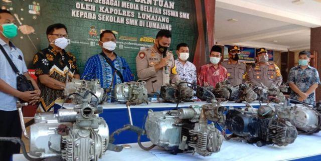AKBP Eka Yekti Berikan Mesin Motor Kepada SMK di Lumajang