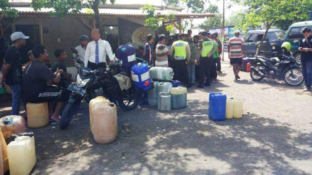 Polres Lumajang Grebek Pembeli Premium di SPBU Sentul