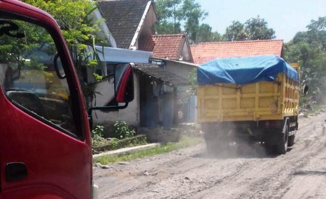 Bersurat ke Presiden, Warga Kalibendo Lumajang Tolak Truck Angkutan Pasir