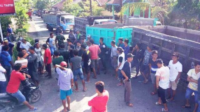 Warga Sudimoro Pasirian Akhirnya Blokade Jalan dari Truck Pasir