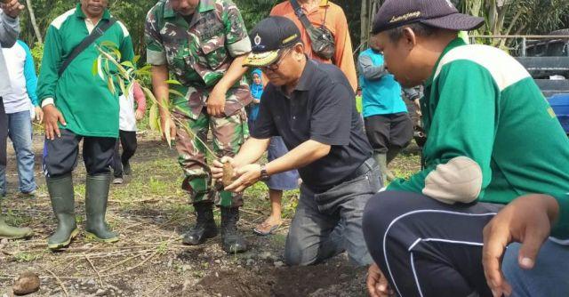 Umar Bashor Tanam Pohon dan Lepas Burung di Sumber Takir Lumajang