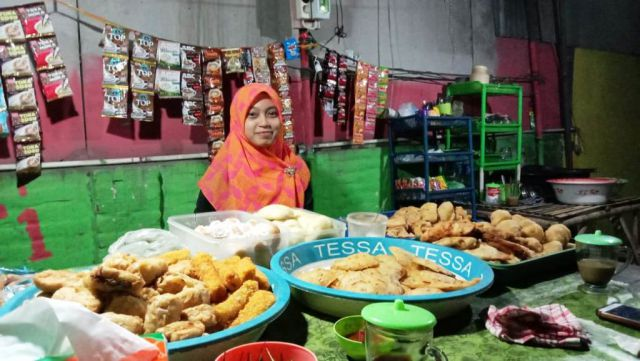 Santi K Chova, Perempuan Cantik Penjual Gorengan di Pasirian