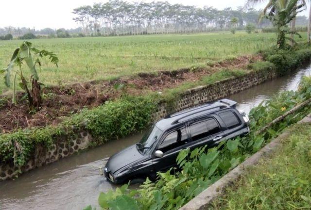 Kecelakaan Jalan Tekung Lumajang, Suzuki Escudo Nyungsep ke Sungai
