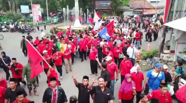 Ribuan Pendukung As'at-Thoriq Iringi Daftar ke KPU Lumajang