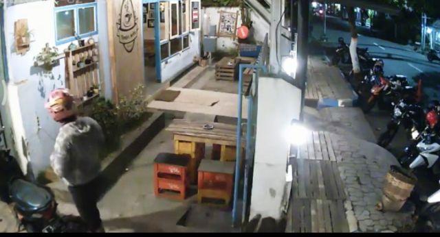 Maling Sepeda Motor Terekam CCTV di Tjangkir Koffie Lumajang