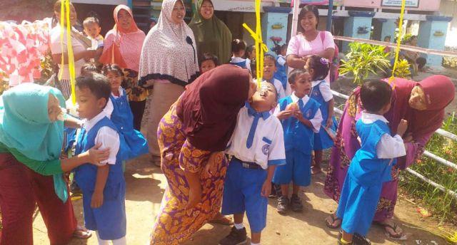 TK Pembangunan VIII PG Jatiroto Gelar Lomba Makan Krupuk Emak dan Anak