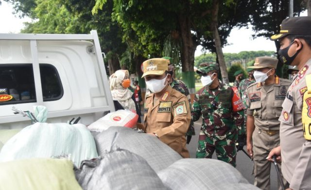 TNI-Polri  Lumajang Sumbang 10 Ribu Paket 5 Kg  Atasi Dampak PPKM