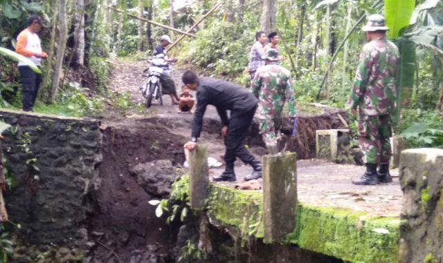 Diterjang Banjir Jembatan Toroyan di Randuagung Ambruk