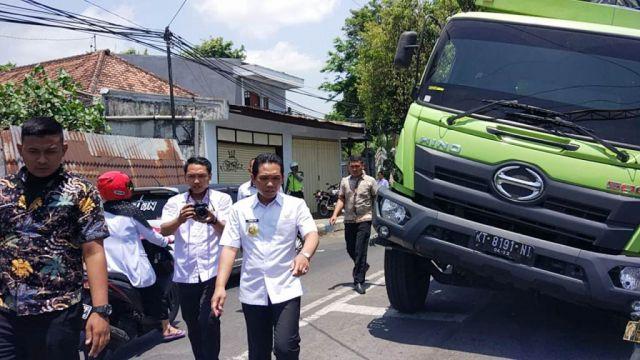 Truck Tronton Bermuatan Teh Botol Terperosok Dijalan Juanda Lumajang