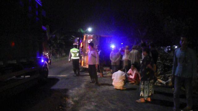 Truck Muatan Kayu Terguling Tutup Jalan di Ranuyoso Lumajang