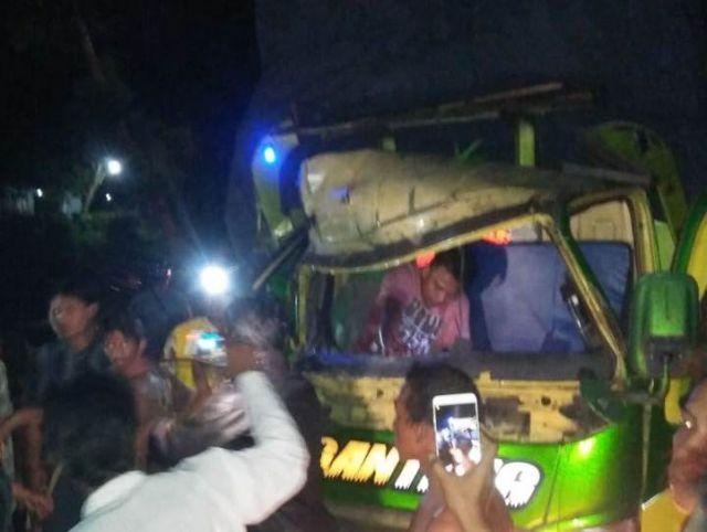Truck Angkut Kayu Kecelakaan di Jalan Raya Banyuputih Lor Lumajang