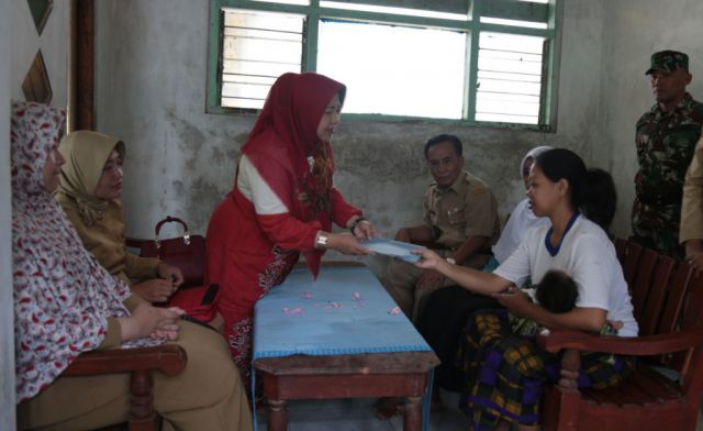 Turun Langsung, Ketua TP PKK Lumajang Beri Bantuan Ibu Melahirkan