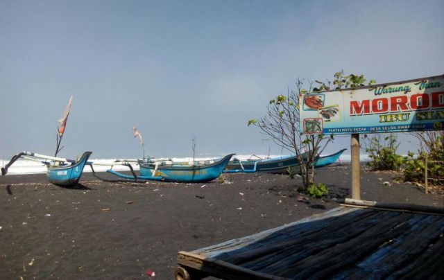 Ombak Besar, Warung Ikan Bakar di Pantai Watu Pecak Tetap Buka