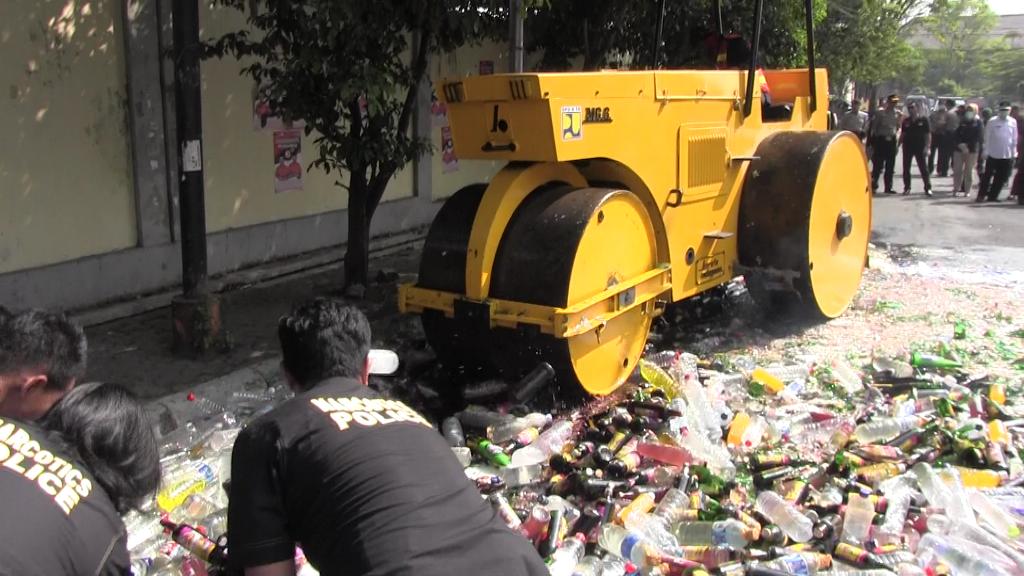Picu Kriminalitas, Polisi Musnahkan Ribuan Botol Miras