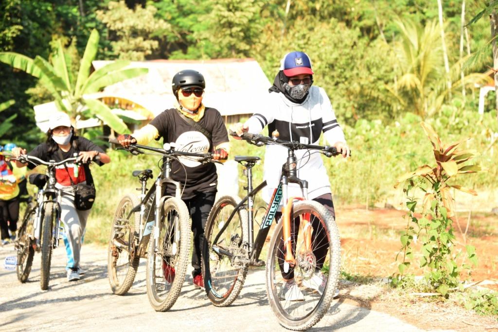 DPRD dan Pagiswan Lumajang Gowes Sambil Bagikan Masker