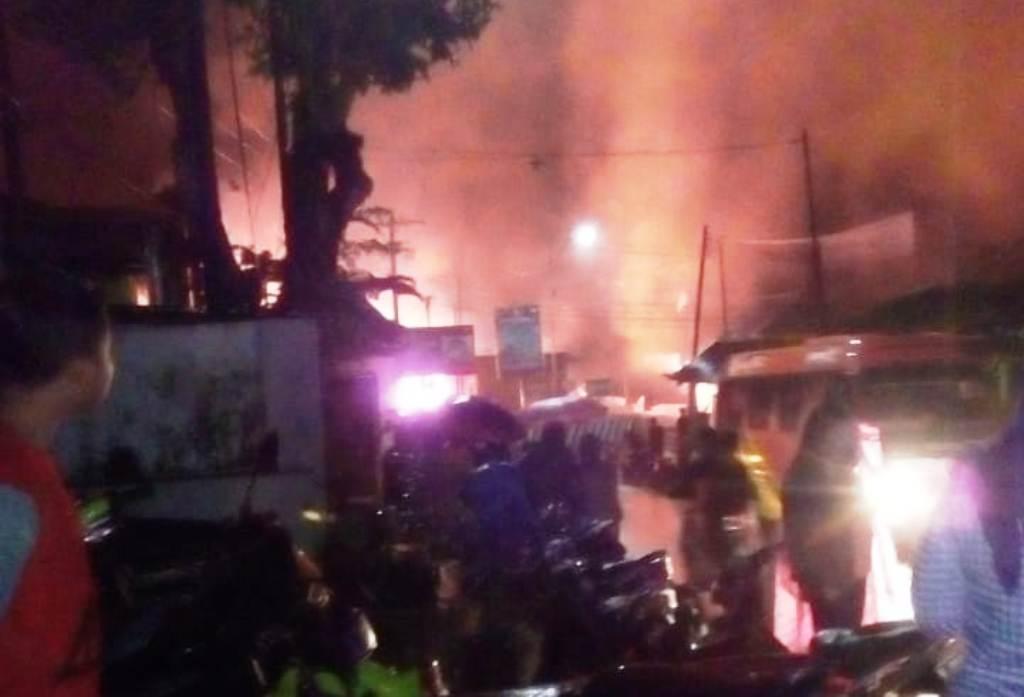 Kios Bagian Depan Pasar Pronojiwo Ludes Terbakar