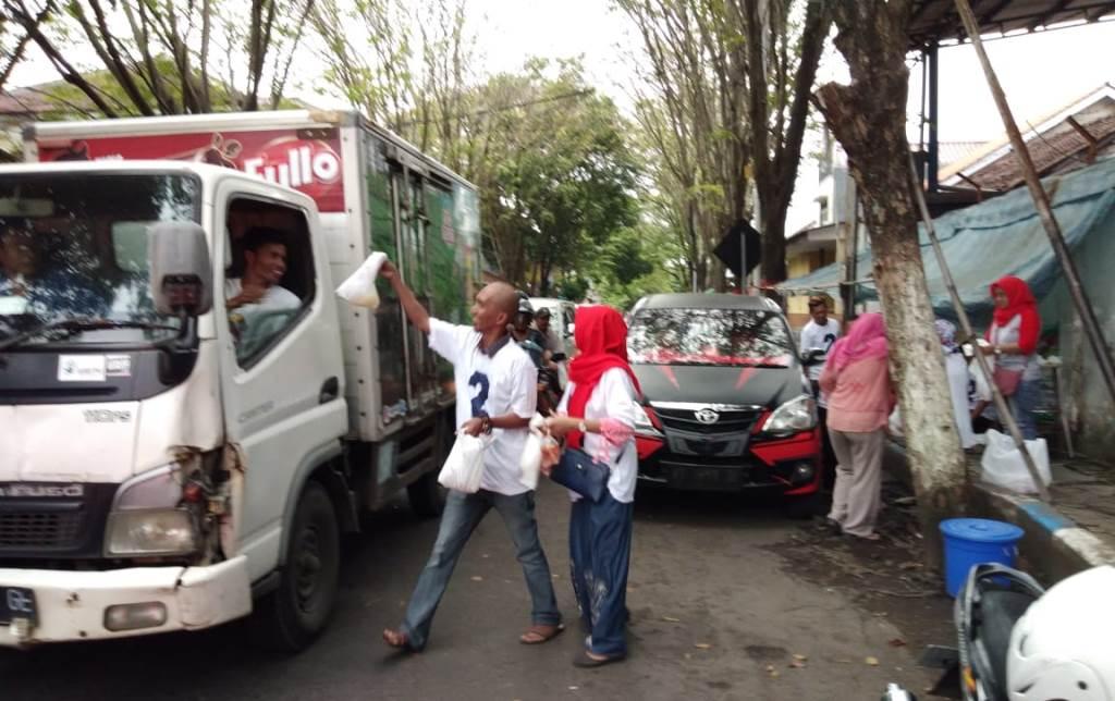 Sosialisasi Pilgub, Relawan Mbak Puti Lumajang Bagi-bagi Takjil