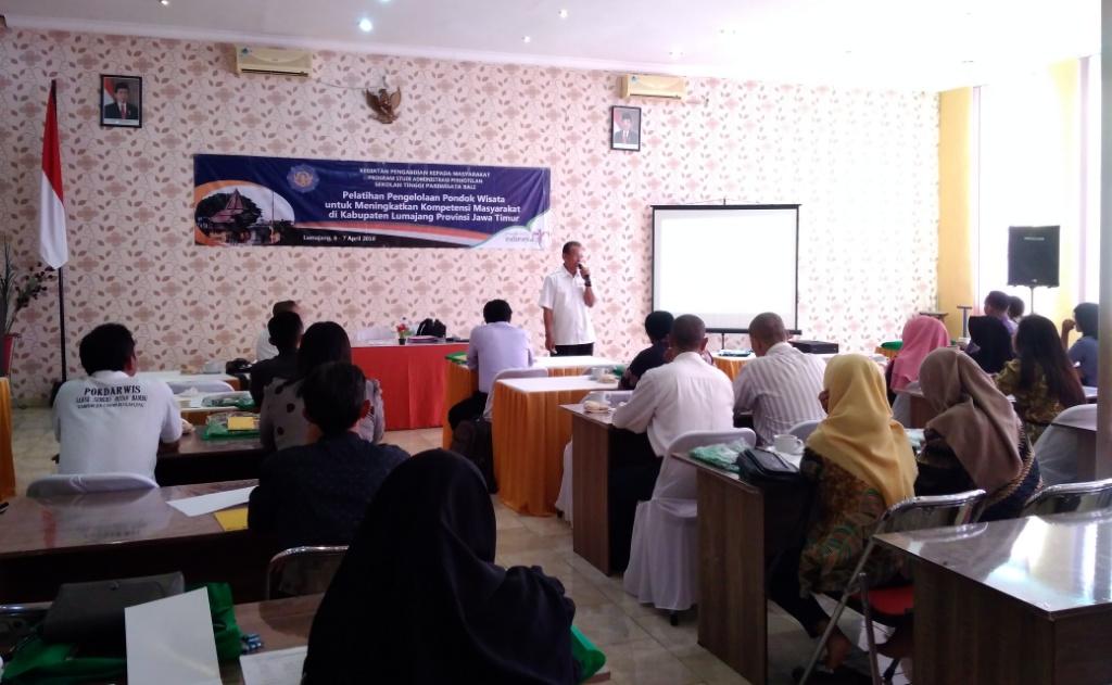 STP Nusa Dua Bali Latih Para Pelaku Jasa Pariwisata di Lumajang
